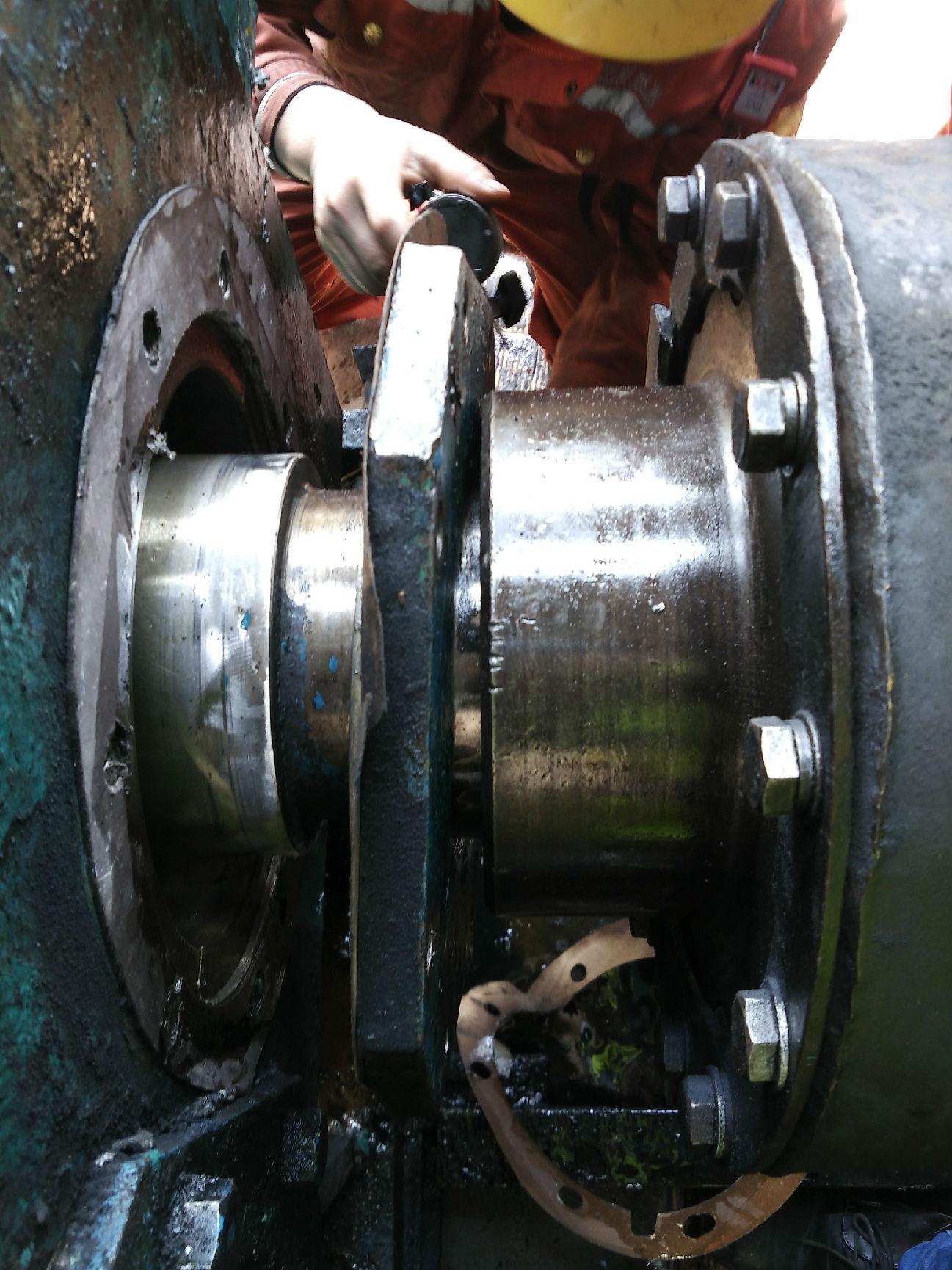 一、什么是辊压机专用减速机 辊压机专用减速机是一种针对辊压机的生产、改造而生产的双轴联动减速机,只需一台电机传动即可。结构及传动原理如下: 1、双轴联动减速机结构:该减速机为一轴输入双轴输出共三级传动:高速级、中间级、低速级。高速级和低速级为行星传动,中间级为平行轴齿轮传动。高速级与电机联接为鼓行齿式联轴器。低速级两输出轴通过花键套或扁轴套经重型万向联轴器与辊压机轴联接,此结构只需通过一个电机即可传递相应转矩。 2、减速机传动原理:该减速机在安装过程中,不需悬挂在辊压机轴头上,而是直接安装在基